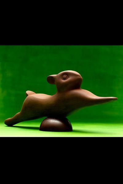 Lapin François Pompon - Pierre Hermé : Pierre Hermé rend hommage au sculpteur français, avec ce lapin en chocolat pure origine Brésil, plantation Paineiras. Accompagné d'un assortiment de bonbons chocolat (210g). 130 euros