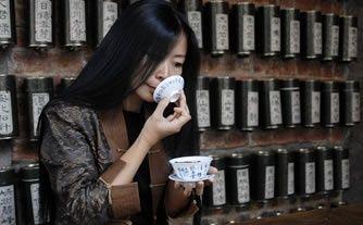Sonnez au 33 rue Gracieuse. Pénétrez dans une cave à thé renfermant des millésimes. Vous allez être initié à l'une des cérémonies les plus raffinées au monde : l'Art du thé à la chinoise chez Maître Tseng.    A chaque table, une théière qui frémit sur le feu et de la vaisselle d'époque. Choisissez votre thé et observez la grâce infinie de votre serveuse. Elle sélectionne les meilleures feuilles, puis vous présente deux tasses : celle à sentir, pour capter le Nez du thé, et celle à boire…