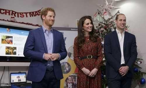 El príncipe Jorge abre los regalos de Navidad antes de tiempo