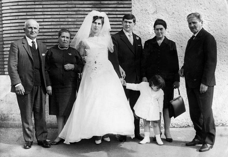 Avendita di Cascia, anni 60. Gli sposi con i loro genitori: dopo quelle del matrimonio in chiesa, era questa una delle immagini più  importanti da custodire nell'album di famiglia.