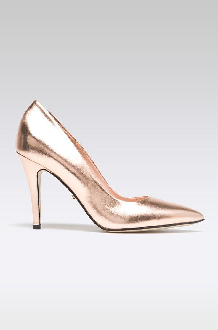 Solo Femme - Pantofi cu toc - Pantofi cu toc subțire din colecția Solo Femme. Model confecționat din piele naturală. - Vârful ușor rigidizat. - Vârf ascuțit. - Spatele câlcăiului rigidizat. - Onterior confortabil. - Interior din piele. - Model pe toc subțire. - Înălțimea tocului : 10 cm. - Lungimea branțului pentru mărimea este de : 24,5 cm. - Dimensiunile date pentru mărimea : 37. Material: piele Tocuri: escarpieni Skład: Gamba : Piele naturală Interiorul : Piele naturală Talpa : Material…