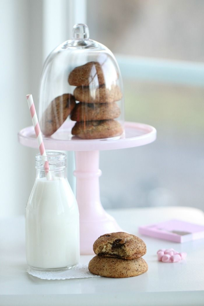Chocolate - 230 g sótlan vaj, 350 g liszt, 1 tk szódabikarbóna, 2 tk tejszín, 1 tk fahéj, 1/4 tk só, 2 tojás,  225 g cukor, 100 g barna cukor, 100 g étcsokoládé darabok.