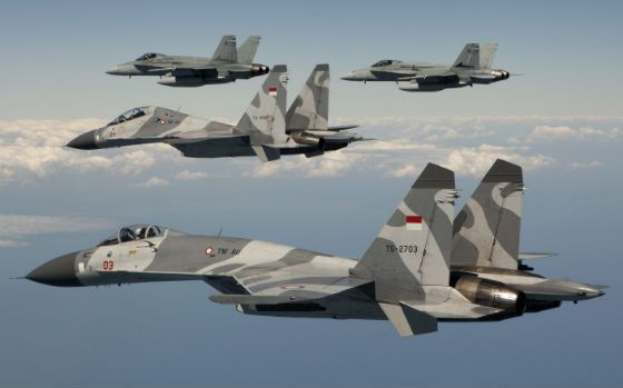 """Indonesian Air Force Sukhoi Su-27SKM """"Flanker"""", Su-30MK2 """"Flanker-C"""", and a pair of Royal Australian Air Force McDonnell-Douglas F/A-18A OCU Hornets"""
