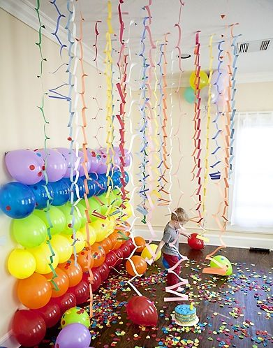 Colorful balloon wall. What a nice and easy decoration idea for your kids' party.