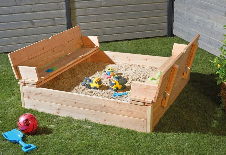 Sandkasten Paul - Vorteil: Die Sandkastenabdeckung dient gleichzeitig als Sitzbank.