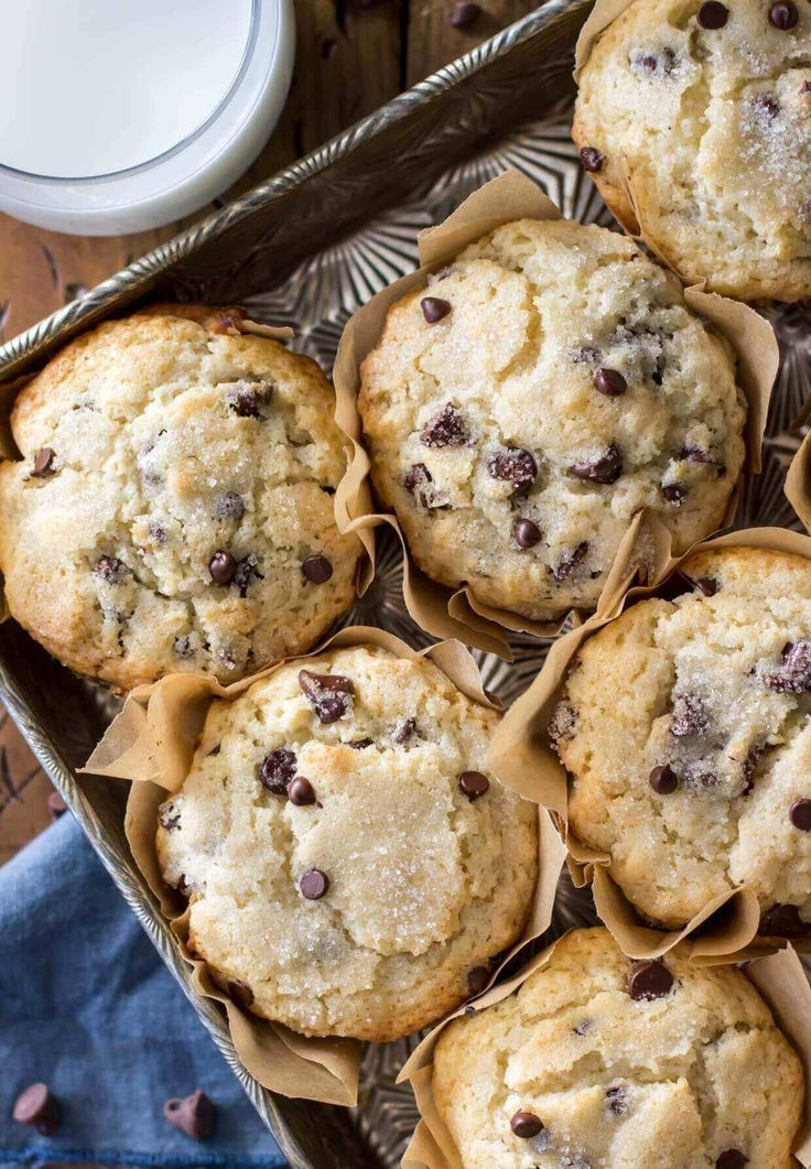 Bakery Style Chocolate Chip Muffins With Big Fluffy Muffin Tops Sugar Spun Run Chocolate Chip Muffins Desserts Baking Recipes