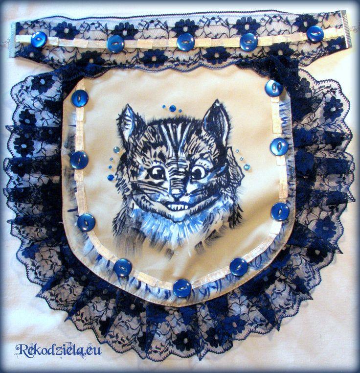 Kot z Cheshire :) Ponieważ od lat uczę się pracy z różnymi technikami, wykorzystując różne materiały - przetestowałam nabyte umiejętności :) Tak oto połączyłam granatowo-kremowe elementów: tkaniny, farby, koronki, guziki, aksamitną wstążkę... I naszyjnik-karczek gotowy :D