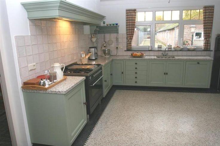 Granito vloer in groene keuken. Mooie combi ook met onze houten vloer?