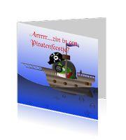 kinder uitnodigingen kaarten voor een piratenfeestje met een piraat op een piratenboot.