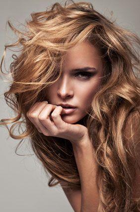 Comment faire le bon choix de sa couleur de cheveux en fonction de sa carnation, de la couleur de ses yeux et de la tendance de la mode