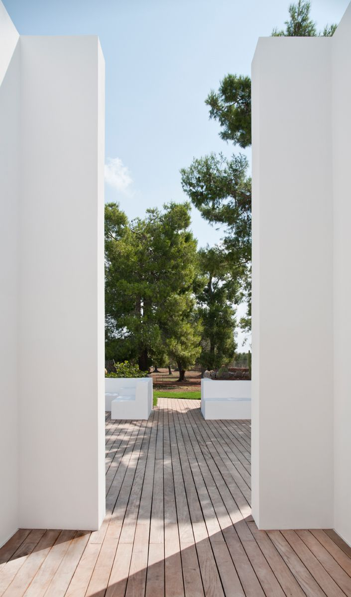 Reminiscent of the minimalist work of Italian architect Claudio Silvestrin.