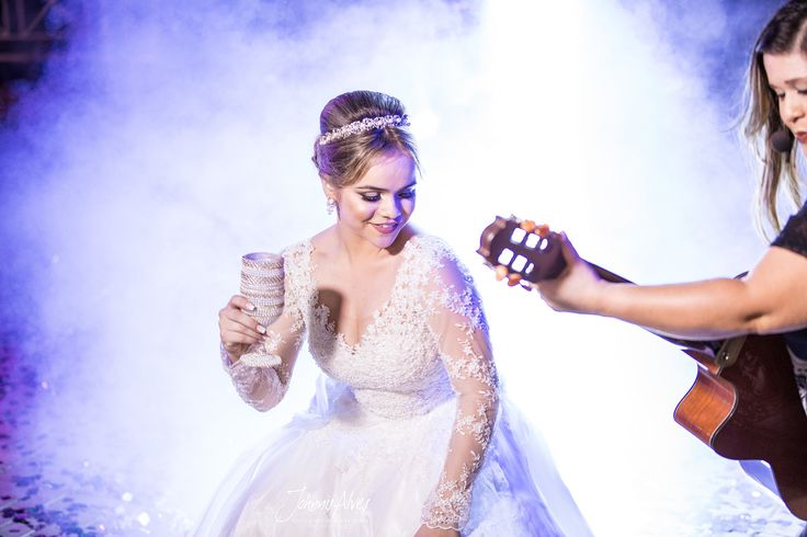 Vestidos de noivas esvoaçantes, coreografias elaboradas, músicas românticas ou batidas divertidas. A primeira dança dos noivos pode ser como você quiser, assim como todos os demais elementos de seu grande dia.  Site: www.johnnisalves.com.br Fone: 87 98803-2222  #universodasnoivas #noiva #weddings #wedding #weddingday #weddingdress #casamento #casamentos #vestido #vestidos #vestidodenoiva #madrinha #evento #foto #fotografo #depretas #bomdia #negras #crespas #meninasdecabeloscrespos #makeup