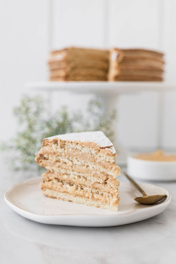 Alfajor cake with layers of cookie and gooey caramel is perfect for those people who, like me, are not particularly a fun of regular cake. Gourmet Recipes, Cooking Recipes, Carrot And Coriander, Peruvian Recipes, Gorgeous Cakes, World Recipes, Sweet Cakes, Cupcake Cakes, Cupcakes