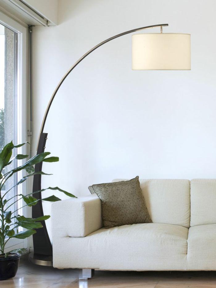 moderne bogen stehlampe - neben einem hellfarbigen sofa