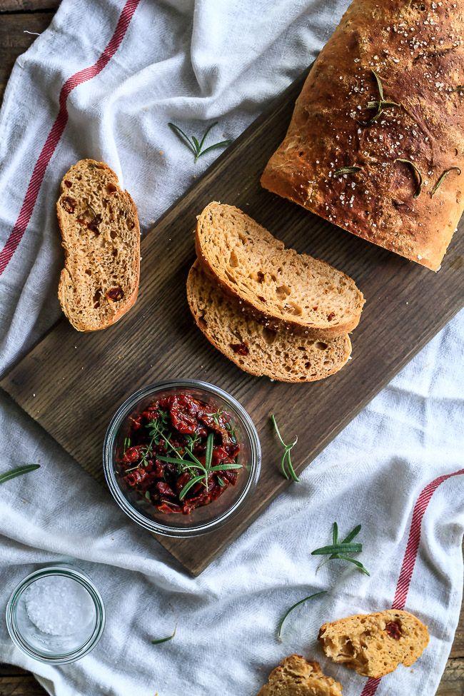 brød med rosmarin og soltørrede tomater-madbrød-brød med krydderurter