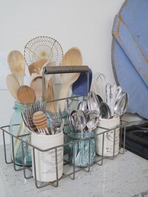 Comme un tiroir—À défaut de tiroirs dans la cuisine, un panier à bouteilles et quelques pots reçoivent les ustensiles.