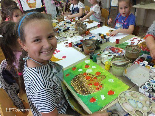 Картина панно рисунок Печать губкой Рисование и живопись Взгляни-ка девочка взгляни-ка - в лесу поспела земляника   Гуашь фото 1