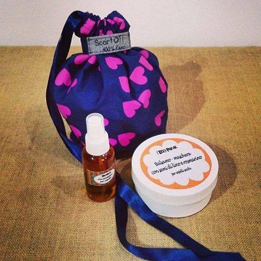 Pacco regalo completamente ecostenibile: olio spray e balsamo per capelli in sacchetto per doccia ricavato dalla tela degli ombrelli. Il sacchetto è stato creato dall'ecobottega Scartoff.