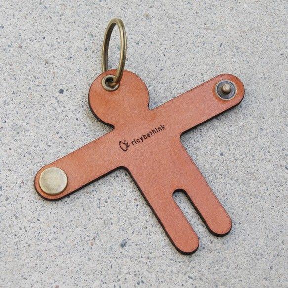 抱きしめてくれるように鍵を束ねられる、革でできた人型キーケース。。〈W95×H80mm ※腕を広げた状態〉※鍵は売り物ではありません。※車のエントレスフリーキー等、鍵の種類によってホールドできない場合があります。※自然素材(革)を使用していますので、多少の傷や汚れがある場合があります。また色味も写真と異なる場合があります。