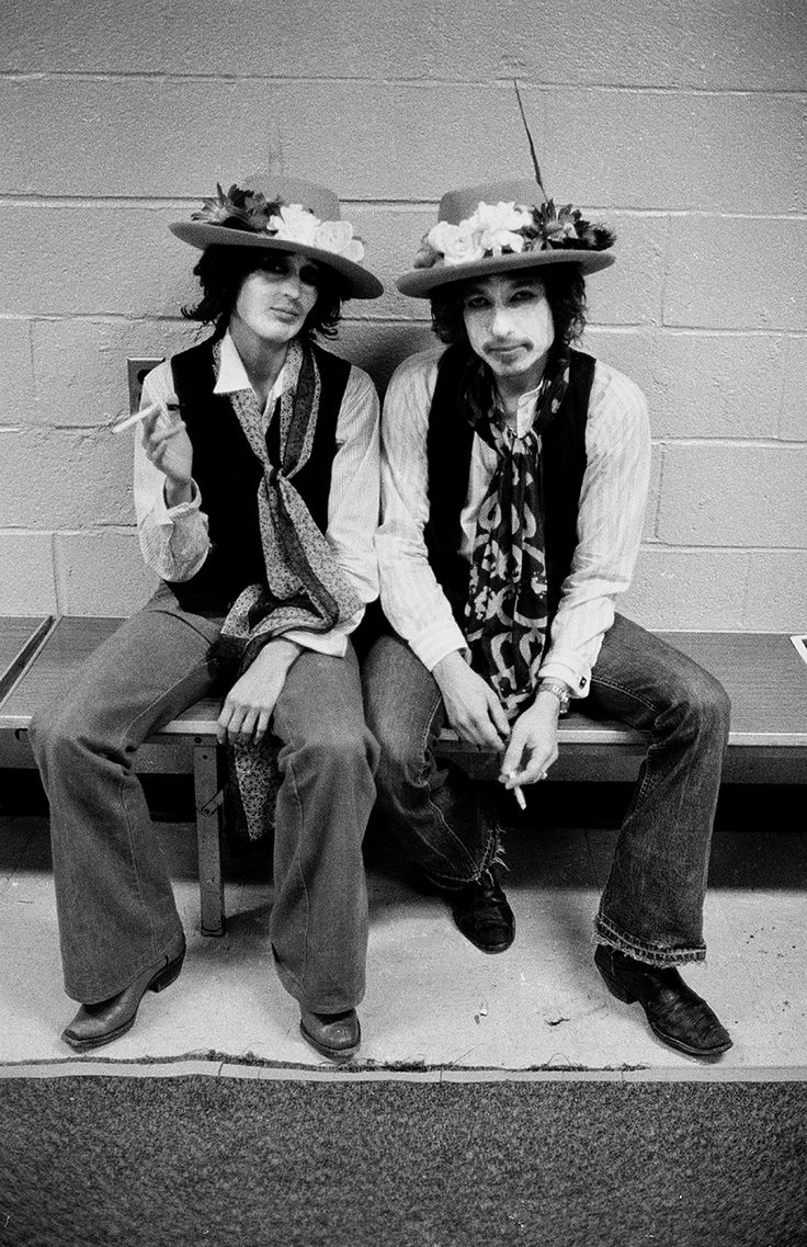Joan Baez and Bob Dylan backstage on the Rolling Thunder Revue tour in 1975 Photo by Ken Regan http://www.snapgalleries.com/news/bob-dylans-rolling-thunder-revue/