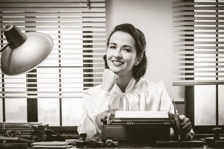 """Was wäre ein James Bond-Film ohne Moneypenny? Die Vorzimmerdame vom 007-Boss """"M"""" gehört genauso zu den Movie-Klassikern wie Bösewicht und Bond-Girl. Wer im britischen Geheimdienst unverzichtbar ist, darf auch im wahren Leben nicht fehlen. Ohne Sekretärin/Assistentin geht gar nichts ...   #Assistentin #Sekretärin #Sekretärinnen"""