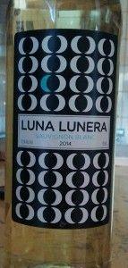 LUNA LUNERA BLANCO 2014  LUNA LUNERA 2014 BLANCO SAUVIGNON BLANC (VT. CASTILLA) 3,5 €  Evocando la vieja canción de los Panchos de los años Cincuenta, Luna Lunera, la marca que nació el año pasado con un tinto joven de tempranillo, se viste de blanco: sauvignon blanc. La Bodega Dehesa de Luna se halla en una de las mejores zonas castellanomanchegas, que son las periféricas de la D.O. La Mancha, es decir, las zonas altas en donde la amplitud térmica permite moderar por la noche el brío solar…