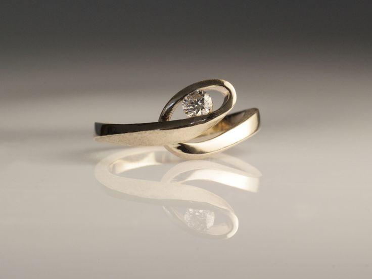 Condividi l'amore:Esclusivamente fatti a mano e progettati insieme agli intraprendenti innamorati, questi anelli hanno un valore aggiunto perché sono personalizzati! Pezzi unici ed originali che raccontano la tua storia d'amore. Posso realizzare per voi il solitario etico dei vostri sogni...