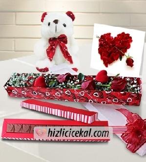 Heyecanlı Kalpler  Hızlı Çiçek Al ile sevdiklerinize aynı gün teslimat seçeneği ile gül kutusunda 3 adet kırmızı güllerle cipsofilyalar ve 2 kalp çubuk, sevgiliye kart, oyuncak peluş ve aşkıma çikolatası sipariş edin.  85,00 tl + kdv  http://www.hizlicicekal.com/cicekler/cicekciler/cicek/152/heyecanli-kalpler/