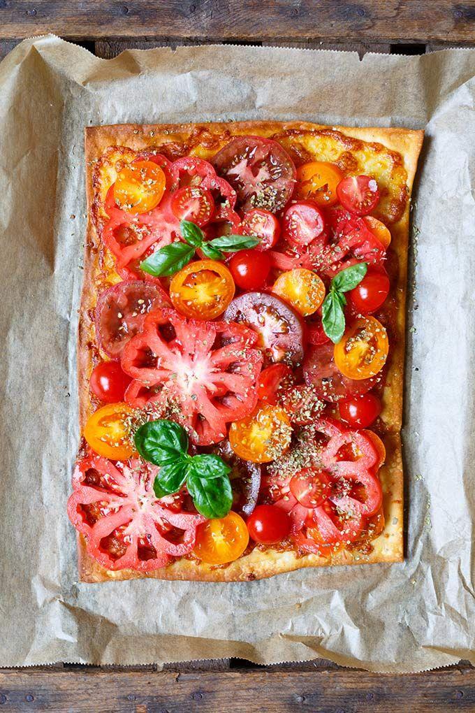 Blätterteig-Tarte mit Tomaten und Mozzarella mit Blätterteig, bunten Tomaten, Mozzarella, Oregano und Basilikum. Dieses Rezept ist schnell, super einfach und SO lecker - Kochkarussell.com (Vegetarian Recipes Noodles)