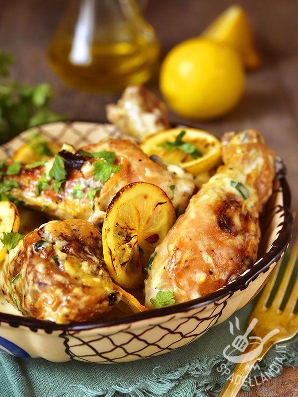 Il Pollo in salsa di panna acida e limone è un secondo di carne semplice, che piacerà ai grandi ma, per il suo sapore delicato, anche ai bambini.