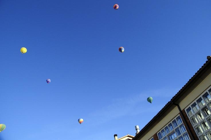 #UVic, Universitat de Vic. Globus al cel des de l'Edifici de Rectorat.