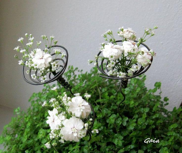 spirála...+zápich+Zápich+ve+tvaru+spirálky....do+květináče.....suchých+vazeb....+Vhodné+hlavně+pro+suché+květy,+třeba+růže+.......může+držet+klidně+ořech+nebo+kaštánek+:-)+Rozměry:+spirála+se+stonkem+měří+23+cm...mohu+na+přání+vyrobit+delší+-+kratší,+s+rovným+nebo+krouceným+stonkem....stačí+připsat+do+objednávky+Cena+je+za+1+kus+bez+květinové+dekorace....