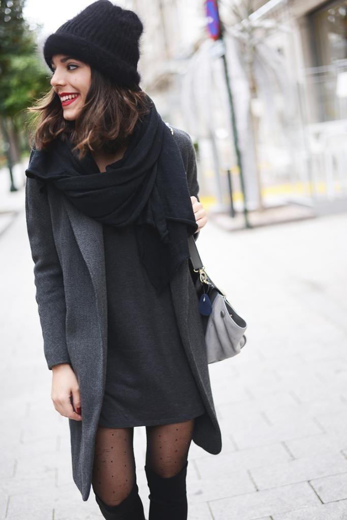 Acheter la tenue sur Lookastic:  https://lookastic.fr/mode-femme/tenues/manteau-robe-decontractee-cuissardes-sac-fourre-tout-bonnet-echarpe-collants/6396  — Bonnet noir  — Écharpe noire  — Manteau gris foncé  — Robe décontractée grise foncée  — Sac fourre-tout en cuir gris  — Collants á pois noirs  — Cuissardes en daim noires