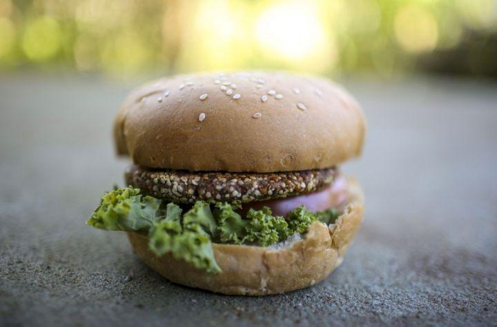 Burger alla canapa! Ceci, cipolla, farina di canapa sativa, prezzemolo, spezie, sale marino, semi d'uva.  Better than Mc Donalds!  #usomedico #betterthanmcdonalds #hempburger #burger #canapa #canapalimentare #ediblehemp #sativa