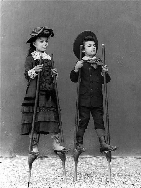1890年頃、竹馬に乗る子どもたちの写真。