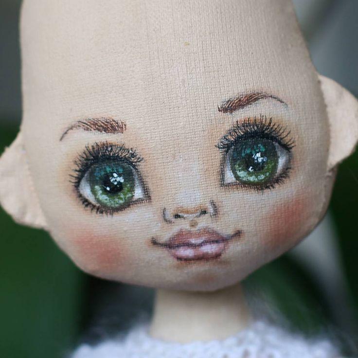 Иногда встречаются люди удивительно красивые,идеальные. Чаще всего они водятся в телевизоре и интернете И им даже волосы не нужны, чтобы что то там себе украсить или скрыть.  Вот смотрю я на эту куклу, ей реально и лысой хорошо. Может так оставить?