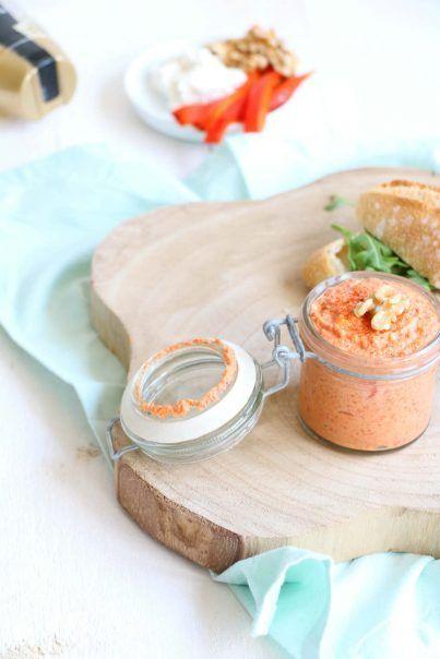 Paprika spread met geitenkaas  voor 1 potje -  1 rode paprika,  50 gram geitenkaas (of roomkaas / ricotta),  25 gram walnoten,  1 eetlepel honing.
