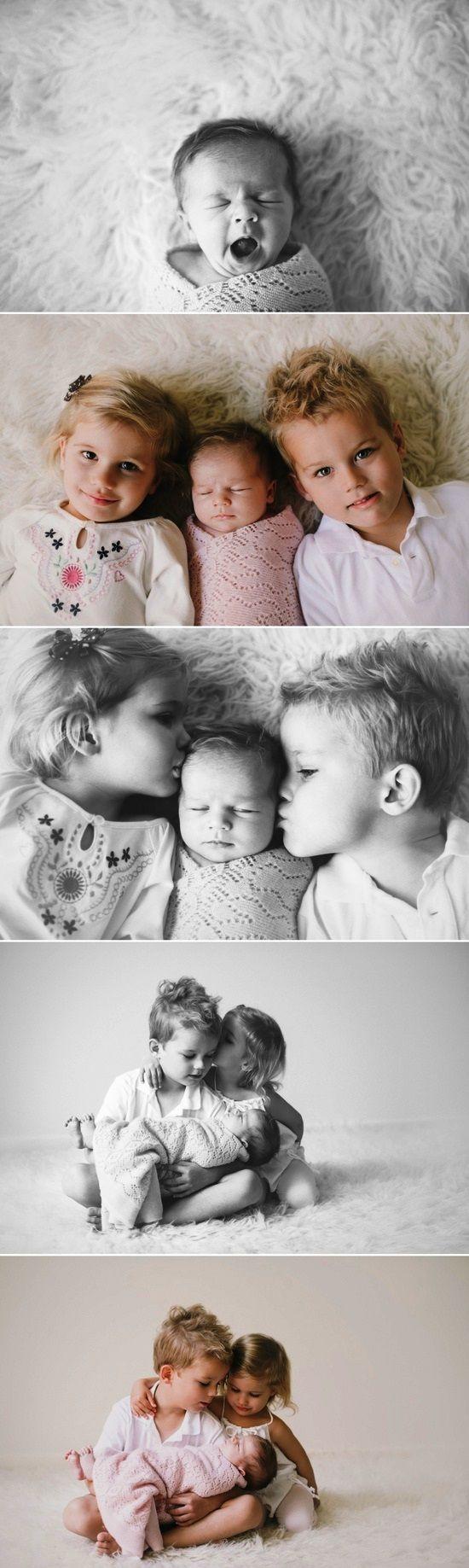 Newborn infant with siblings Toni Kami ~•❤• Bébé •❤•~ Precious family newborn baby photography idea
