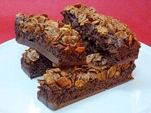 「レンジで♪ チョコフレークのブラウニー」ブラウニーの生地にチョコフレークをたっぷりとのせました^^2層の食感を楽しめます♪【楽天レシピ】