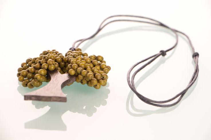 """Kyokya Holzkette """"Baum"""" - Grün ☆ Kleine grüne Holzperlen sitzen auf einem Holzstamm aus Sonoholz. ☆ Holzkette von Kyokya ist ein schönes Accessoire mit toller Bedeutung ☆"""