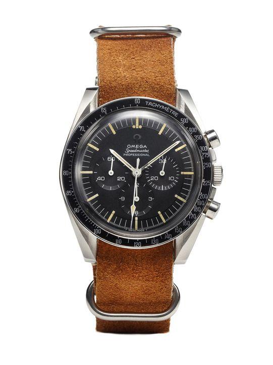 Une montre Omega Speedmaster montée sur un bracelet en cuir suede