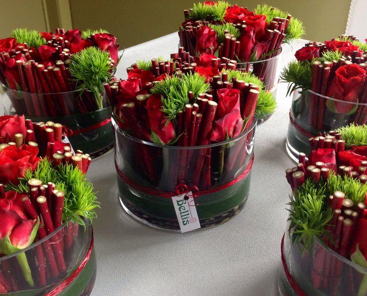 Bloemstukjes met rode rozen.