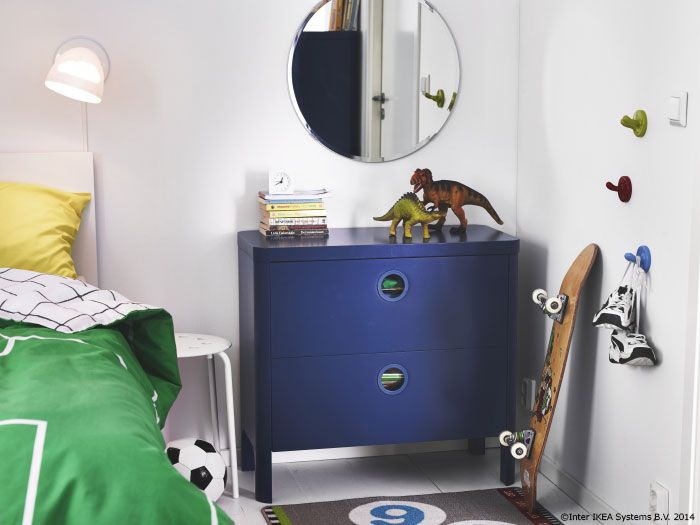 Caietele dictando și culegerile de mate se retrag în spatele sertarelor colorate