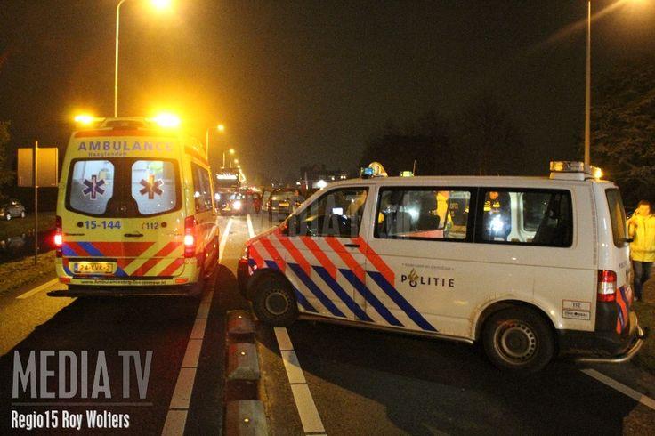 12-11-2016 - Op de provinciale weg N209 in Bleiswijk zijn zaterdagavond twee personenauto's frontaal in botsing gekomen. Daarbij zijn meerdere personen gewond geraakt. De schade na de klap is aanzienlijk.Er werden drie ambulances uit Haaglanden met spoed ter plaatse gevraagd om de gewonden te verzorgen en over te brengen naar het ziekenhuis. De weg is ter hoogte van tankstation Argos afgesloten vanwege het ongeval.
