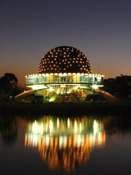 Planetario Galileo Galilei , en Buenos Aires , Argentina . Dotado de los mas modernos avances tecnologicos , el Planetario , esta ubicado en el Parque Tres de Febrero , rodeado de lagos . Todas las actividades son gratuitas , y en tu visita a Buenos Aires , no dejes de vivir una experiencia fascinante , un verdadero viaje a las estrellas . . . @swami1951