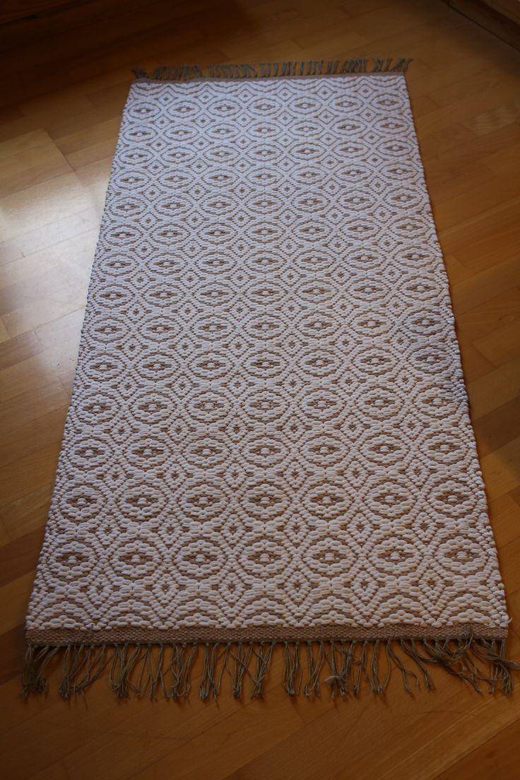 """Mattor i sovrummet vävda efter ett mönster nedskrivet i en gammal bok. En variation av """"kirkonkaaret"""" eventuellt?"""