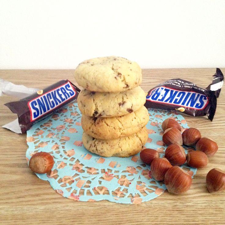 Je vous livre aujourd'hui une recette de cookiesaux snickers qui déchiiiiiiiiire ! Le genre de recettes que si un jour tu la fais à tes potes, ils te la réclameront à coup sûr avant de partir. C'est...