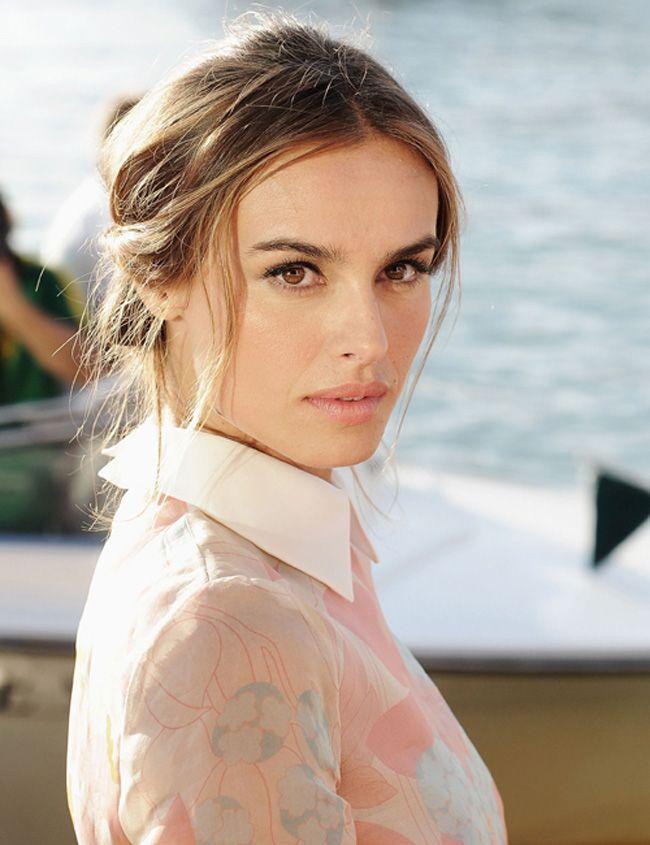 Lábios rosados acompanhando looks românticos e fatais. A atriz polonesa que se destacou nos red carpets do Festival de Veneza, Kasia Smutniak dá o exemplo: