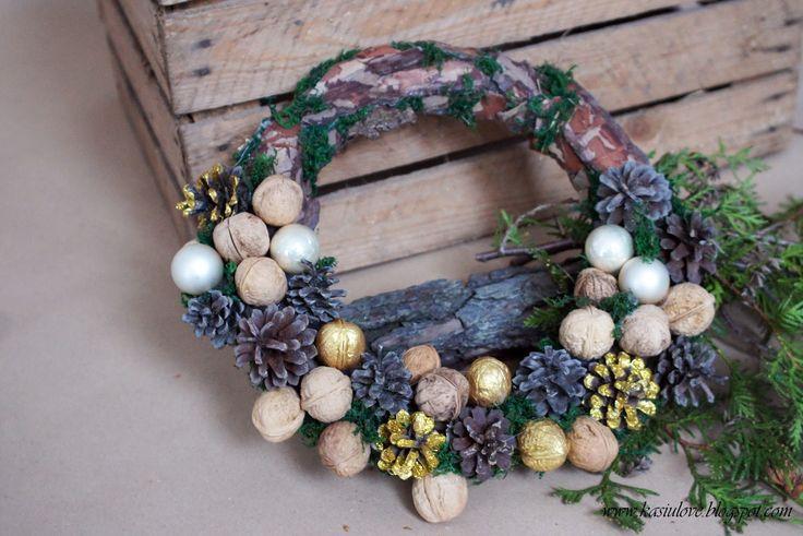 Bożonarodzeniowy rustykalny i naturalny wianek. Wianek na styropianowej oponce oklejony korą i mchem ze złotymi dodatkami. Christmas wreath - rustic and natural