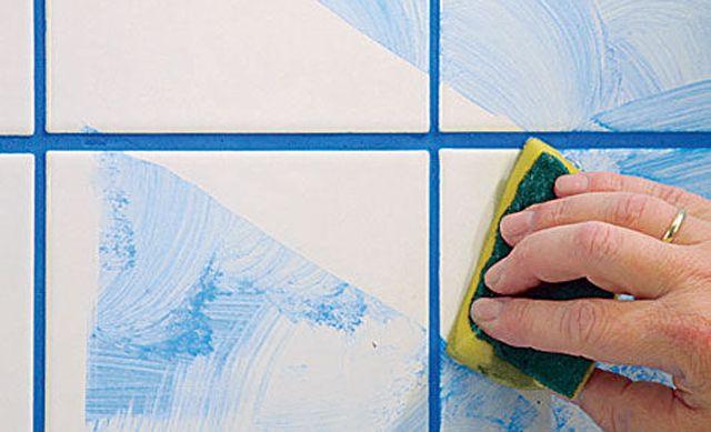 Mit Fliesenlack kann man auch Bodenfliesen lackieren. Allerdings hält der Lack dann nicht ganz so lange wie an den Wänden.
